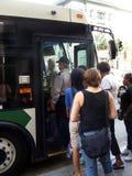 Транспорт-люди всходя на борт шины Стоковое Изображение RF