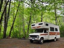 Транспорт для отдыха располагаясь лагерем в сочном зеленом лесе Стоковые Фото