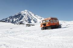 Транспорт Snowcat людей на снежных наклонах вулкана Стоковое Фото