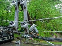 трансформатор на поляке и дереве кладя через линии электропередач над дорогой после урагана двинул поперек стоковые изображения rf