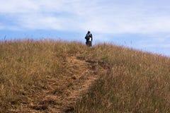 Трасса горы пика trekker женщины trekking Стоковое фото RF