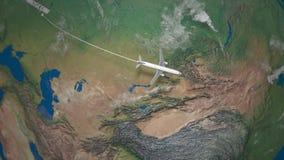 Трасса коммерчески летания самолета от Москвы к Пекину глобус земли видеоматериал