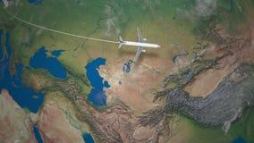 Трасса коммерчески летания самолета от Парижа к Пекину на глобусе земли видеоматериал
