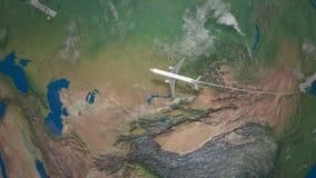 Трасса коммерчески летания самолета от Пекина к Москве глобус земли видеоматериал