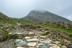 Трасса следа PYG пешая до туманного саммита горы Snowdon - 2 стоковое изображение