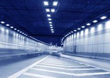 Трассировка вышла вождением автомобиля в тоннель Стоковые Фотографии RF