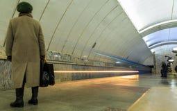 Трассировка от самолета в голубой солнечный skyPassing тренирует в метро в Екатеринбурге стоковая фотография