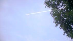 Трассировка самолета в небе сток-видео