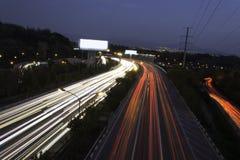 Трассировки автомобиля светлые на шоссе на сумраке Стоковая Фотография RF