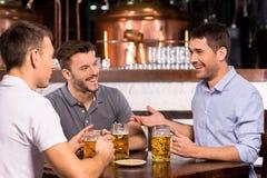 Тратить время в баре. Стоковое фото RF