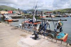 Траулеры в гавани в Dingle деревни в Ирландии Стоковые Изображения