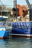 Траулер и ворот промышленного рыболовства на взморье переносят стоковые фотографии rf