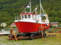 Траулер фьорда Burfjord Норвегии на трейлере стоковая фотография rf