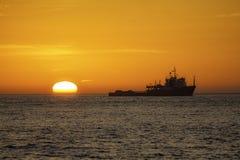 Траулер рыбной ловли на восходе солнца Стоковое фото RF
