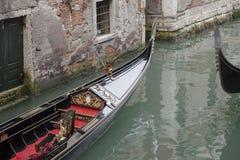 Традиционная венецианская шлюпка гондолы, Венеция Стоковые Фотографии RF