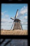 Традиционная голландская ветрянка около канала Нидерланды Старая ветрянка стоит на банках канала, и водяных помп Белое clou Стоковые Фото