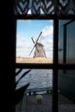Традиционная голландская ветрянка около канала Нидерланды Старая ветрянка стоит на банках канала, и водяных помп Белое clou Стоковые Изображения RF