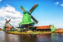 Традиционная голландская старая деревянная ветрянка в Zaanse Schans - музее Стоковое Изображение