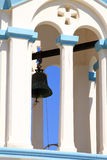 Традиционная греческая правоверная башня церковного колокола на греческом острове Стоковые Изображения RF