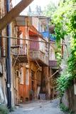 Традиционная грузинская архитектура: деревянные балконы и камень ca Стоковое Изображение RF