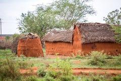 Традиционная грязь, африканские дома в Кении Стоковые Фотографии RF
