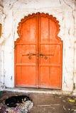 Традиционная деревянная высекаенная дверь, Индия Стоковое Фото