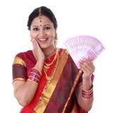 Традиционная женщина держа новые 2000 примечаний рупии Стоковое Изображение