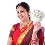 Традиционная женщина держа новые примечания 500 рупий Стоковая Фотография