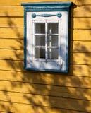 Традиционная литовская деталь дома - окно стоковая фотография rf