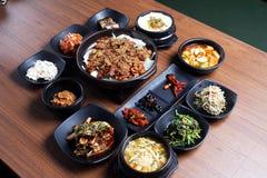 Традиционная корейская еда подноса на деревянном столе Стоковое фото RF