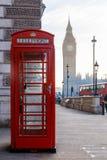 Традиционная коробка телефона Лондона красная и большой ben в рано утром Стоковые Фотографии RF