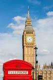 Традиционная красная телефонная будка и большое Бен в Лондоне, Великобритании Стоковые Изображения