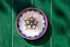Традиционная мальтийсная покрашенная вручную плита стоковая фотография