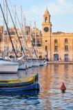 Традиционная мальтийсная шлюпка Luzzu и яхты причалили в гавани Стоковое Фото