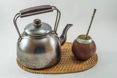 Традиционная ответная часть Bevarage аргентинки с чайником. Ответная часть Yerba. B Стоковые Изображения