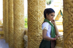 Традиционная одетая девушка в виске Стоковая Фотография