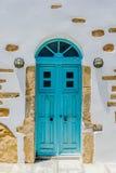 Традиционная покрашенная дверь на островах Кикладов стоковые фото