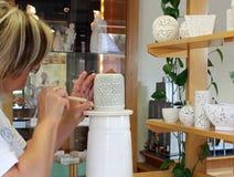 Традиционная работа руки керамики, изготовление фарфора Herend, Венгрия, Европа стоковые изображения rf