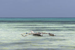 Традиционная рыбацкая лодка на пляже стоковая фотография rf