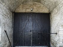Традиционная старая большая винтажная дверь утюга стиля тахты и grunge w Стоковая Фотография