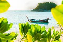 Традиционная стыковка шлюпки longtail перед пляжем в Lipe, Стоковые Изображения RF
