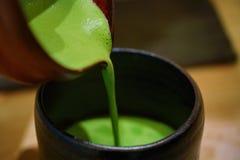 Традиционная сцена зеленого чая лить Стоковая Фотография RF