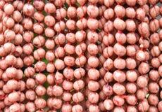 Традиционная тайская еда, стиль сосиски E-Сан северовосточный тайский, сосиска E-Saan гриля на стальной сетке Стоковое Изображение