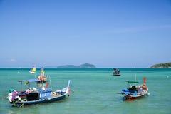 Традиционная тайская шлюпка рыболова на пляже Стоковая Фотография RF