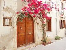 Традиционная улица среди bougainvillaea в городе Греции chanya Стоковое Фото