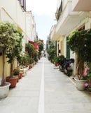 Традиционная улица среди bougainvillaea в городе Греции rethymno Стоковое Изображение