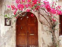 Традиционная улица среди bougainvillaea в городе Греции rethymno Стоковое фото RF