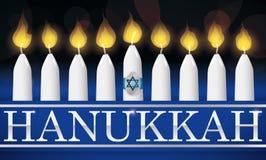 Традиционная Ханука освещенная свечи с серебряными письмами, иллюстрацией Стоковая Фотография RF