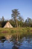 Традиционная хата для того чтобы курить рыб на реке Стоковое Изображение