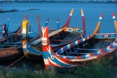 Традиционная шлюпка на береге озера около моста U-bein Стоковые Изображения